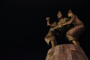 Salah satu patung di pantai Losari yang bercerita tentang sepak takraw *yakali :)))