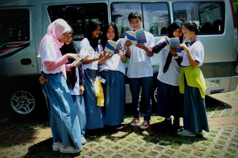 Anak-anak SMA 72 Jakarta pun ikut membaca buku Berbagi dengan Hati. SMA lain mau ikutan? ;)