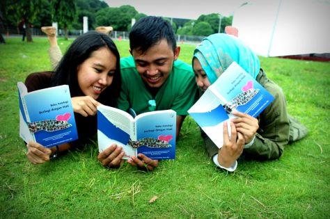Relawan Jendela Jakarta sedang asyik membaca buku Berbagi dengan Hati