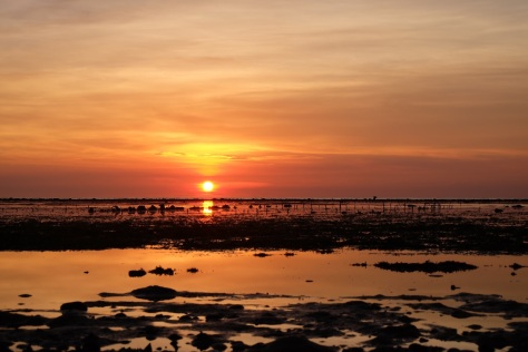 Detik-detik menjelang tenggelamnya matahari di Pantai Kokar